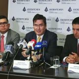 Santiago Castro (centro) durante la rueda de prensa.