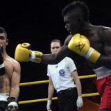 El pegador colombiano Yuberjen Martínez impacta el rostro del boxeador uzbeko Ibragimov Mironshokh.