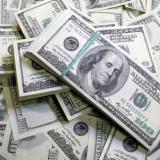 Dolar cae y toca precio mínimo en los tres últimos años