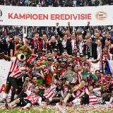 Los jugadores del PSV celebran con el título de Liga.