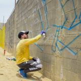 Joan Quintero, artista local, pinta un grafiti en el sector aledaño al Malecón.