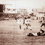 Una acción de gol de Julio César Uribe en el estadio Romelio Martínez (1986).