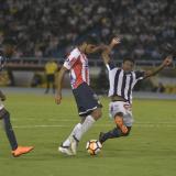 Luis C. Ruiz elude a un defensor rival en el área.