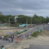 Un aspecto del bloqueo en la vía que conduce a Caracolí, a la altura de la construcción de la Circunvalar de la Prosperidad.