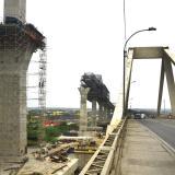 Un grupo de obreros trabaja en una de las vigas centrales del nuevo puente Pumarejo.