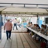 Funcionarios en el interior de un puesto de votación.