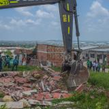 Demuelen cuatro construcciones en alto riesgo del barrio El Rubí