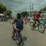 Menores en bicicletas y patines recorren la calle 70C entre carreras 21B y 24.