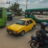 Un bus y un carro particular cruzan indebidamente en la carrera 14D con 63.