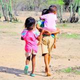 Dos niños wayuu caminan por un sector.