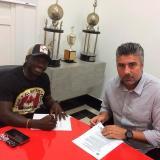 Yimmi Chará firmando el contrato que lo une al Atlético Mineiro, junto a Alexander Gallo, director deportivo del equipo brasileño.