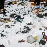 Parte de las basuras que dejan en el monte Everest.