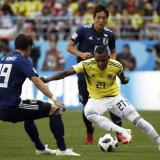 El extremo José Heriberto Izquierdo intenta eludir la marca de un jugador japonés.