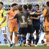 James Rodríguez se retira de la cancha con la tristeza de la derrota, mientras los japoneses celebran.