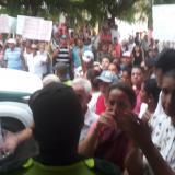 Pobladores del municipio protestaban en las afueras de la audiencia.