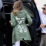 La primera dama estadounidense Melania Trump (c) vuelve a su caravana después de viajar a Texas