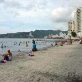Un grupo de bañistas en las playas de El Rodadero.