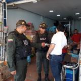 Uniformados del Grupo Gaula dialogan con comerciantes de 'Barranquillita'.