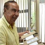 """Rafael Salcedo muestra el invento con el que obtuvo su segunda patente, una """"solución para evitar arrugas en el lomo de los libros""""."""