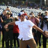 El alcalde Alejandro Char, anfitrión de los Juegos Centroamericanos y del Caribe, en el lanzamiento de la bola en el reciente amistoso de béisbol en el estadio Édgar Rentería.