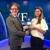 Paul Richardson, productor de World News Media, entrega el premio a la directora Legal y de Asuntos Corporativos del grupo empresarial Tecnoglass, Andrea Zambrano.