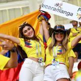 Hinchas colombianas disfrutando el juego de la Selección Colombia.