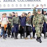 Liberados y soldados celebran el éxito de la operación el 2 de julio del 2008.
