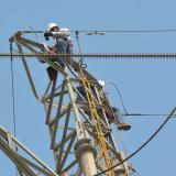 Operarios de Electricaribe durante labores en torre de energía.