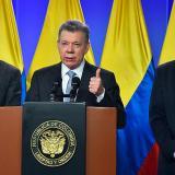 El presidente Santos junto al equipo negociador del ELN.