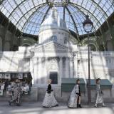 La pasarela de París se paseó entre libros del museo Gran Palais