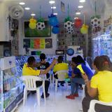 Trabajadores de un establecimiento comercial ven un partido de la Selección.