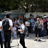 Seguidores de la artista barranquillera llegaron hasta la entrada del aeropuerto de carga.