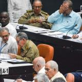 El expresidente Raúl Castro (fila inferior tercero izq.) presenta al nuevo Consejo de Ministros el borrador de 224 artículos de la nueva constitución.