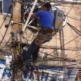 Los riesgos que enfrenta un 'marañero' por un trabajo eléctrico