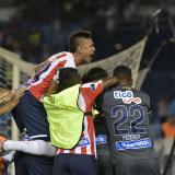 La mayoría de los jugadores de Junior corrieron a celebrar la victoria con Sebastián Viera.