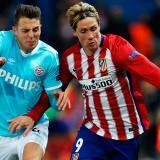 Santiago Arias (de azul) disputa el balón con Fernando Torres.
