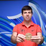 Daniel Noguera De La Espriella exhibiendo una medalla de oro de las que se entregaron en los Juegos.