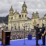 El presidente del Congreso, Ernesto Macías, impone la banda presidencial a Iván Duque, en el acto de ayer.