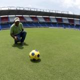 Juan Guillermo Correa, encargado del mantenimiento del gramado, muestra la cancha a EL HERALDO.