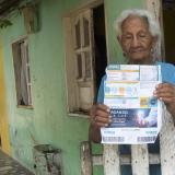 """Carmen Lucía Padilla, una usuaria del barrio Barlovento, muestra la última factura de Electricaribe. Asegura que es """"muy costosa""""."""