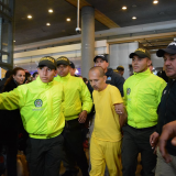 Juan Carlos Sánchez Latorre es custodiado por un grupo de uniformados en el aeropuerto El Dorado.