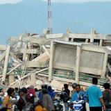 En video | Tsunami devastador en Indonesia: 384 muertos y 540 heridos