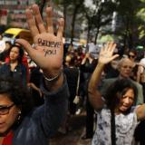Decenas de mujeres protestaron el jueves contra la nominación de Kavanaugh a la Corte de EEUU. Está señalado de agresión sexual.