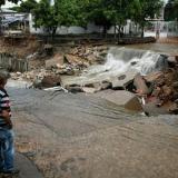 En video | Reportan caída de un poste en La Victoria tras aguacero de este domingo