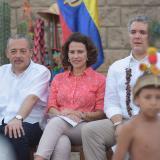 El gobernador Wilmer González, la ministra del Interior, Nancy Patricia Gutiérrrez, y el presidente Iván Duque en el Resguardo Las Delicias en LaGuajira durante el Día de las Identidades y la Diversidad Cultural.