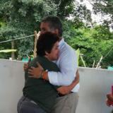 Elisa Castro, excombatiente de las Farc, se abraza con el presidente Duque en la zona de reincorporación en Conejo (La Guajira).