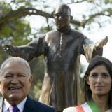 El presidente de El Salvador, Salvador Sánchez Cerén, y la alcaldesa de Roma, Virginia Raggi, ante la estatua del arzobispo asesinado Óscar Romero, en Roma.