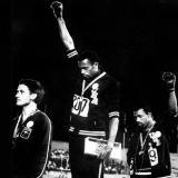 Smith (centro) y Carlos (d) durante su protesta. Norman (i) los acompañaba.