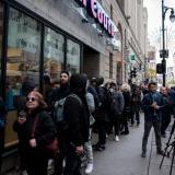 Largas filas colapsan la oferta de la marihuana ya legalizada en Canadá
