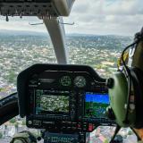 El piloto del 'Halcón' observa hacia el interior de una casa en el barrio El Recreo de Barranquilla.
